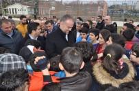 AHMET POYRAZ - Çekmeköy Belediye Binası Bahçesinde Buz Pisti Açıldı