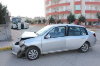 İLKÖĞRETİM OKULU - Otomobile Çarpıp Taklalar Atan Araç, Park Halinde Otobüse Çarparak Durabildi