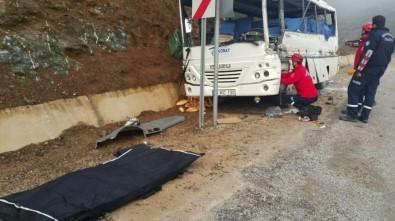 TIR, işçi dolu midibüsle çarpıştı: 2 ölü