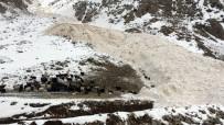 İŞ MAKİNESİ - Van-Çatak Yoluna Düşen Çığ Temizleniyor