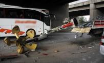 İBRAHIM ÇETIN - Vinç Köprüye Çarptı, Engelli Çocuklar Ölümden Döndü