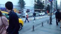 TAKSIM - Taksim'de Kanadı Kırık Martıya Vatandaş Şefkati