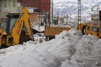 Başkale'de Kar Ve Buz Kütlelerini Temizleme Çalışması