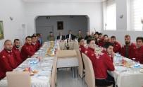 TUGAY KOMUTANI - Vali Toprak, Hakkarisporlu Futbolcularla Bir Araya Geldi