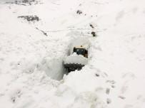 KARLA MÜCADELE - Askeri üs bölgesinin yoluna çığ düştü