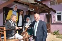 EV TEMİZLİĞİ - Başkan Yaşlıları Evinde Ziyaret Etti