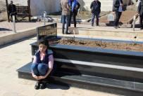 ERHAN ÜSTÜNDAĞ - Hiç Görmediği Babasının Mezarına Sarılarak Gözyaşı Döktü