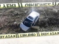 Kontrolden Çıkan Otomobil Bariyerleri Parçalayarak Araziye Uçtu