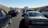 BOMBA PANİĞİ - Diyarbakır - Mardin yolu kapatıldı... Jandarma arama yapıyor