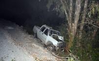 DEVLET HASTANESİ - Ortaca'da Virajı Alamayan Araç, Ağaca Çarparak Durabildi; 1 Yaralı
