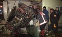 YÜKSELEN - Kontrolden çıkan otomobil muhtarlık binasına uçtu: 4 ölü, 1 yaralı
