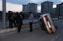 FıRAT ÜNIVERSITESI - Devrilen Araçta Sıkışan Sürücüyü Vatandaşlar Kurtardı