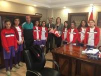 FUTBOL TAKIMI - Kız Futbol Takımından Kaymakam Uçar'a Ziyaret