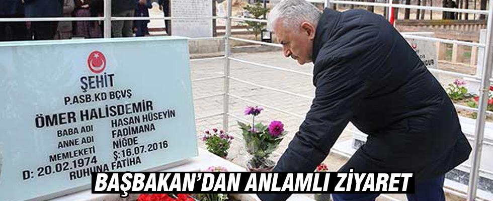 Başbakan Yıldırım, 15 Temmuz şehidi Halisdemir'in kabrini ziyaret etti