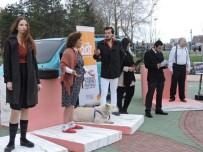 GENEL SANAT YÖNETMENİ - Dünya Tiyatro Günü'nde Sokak Performansı Gerçekleştirdiler