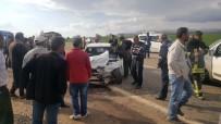 Hafif Ticari Araçla Otomobil Çarpıştı Açıklaması 5 Yaralı