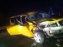 112 ACİL SERVİS - Ticari Taksi Arkadan Tıra Çarptı Açıklaması 1'İ Ağır 2 Yaralı