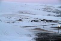 KARLA MÜCADELE - Ardahan'da Ulaşıma Kar Ve Tipi Engeli