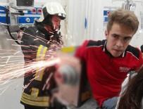 SAĞLIK EKİPLERİ - Elini kaptırdığı kıyma makinesi ile hastaneye getirildi