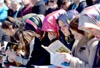MUSTAFA NECATİ - Şehir Meydanında Toplanıp Kitap Okudular