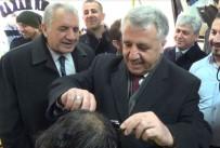 Bakan Arslan vatandaşı traş etti