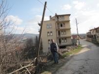 KOCABAŞ - Hisarcık'ta Yatık Telefon Direkleri Ve Sarkan Kablolar Tehlike Saçıyor