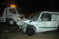 SEZAI KARAKOÇ - Otomobil TIR'a Çarptı Açıklaması 2 Yaralı