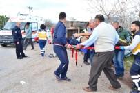 İLK MÜDAHALE - Traktör İle Otomobil Çarpıştı Açıklaması 2'Si Suriye Uyruklu 4 Yaralı