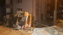 ONARIM ÇALIŞMASI - Yan Yatan Kamyonun Sürücüsü Yaralandı