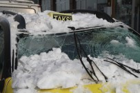 Çatıdan Düşen Kar Otomobili Kullanılamaz Hale Getirdi