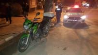 BİLECİK DEVLET HASTANESİ - Köpeğe Çarpan Motosiklet Sürücüsü Yaralandı