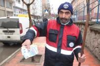 TEMİZLİK İŞÇİSİ - Maaşı Değerindeki Parayı Polise Teslim Etti