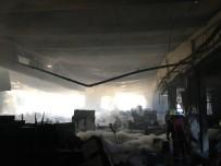 BOYA FABRİKASI - Esenyurt'ta Mutfak Ve Banyo Malzemeleri Üreten Fabrikada Yangın Çıktı