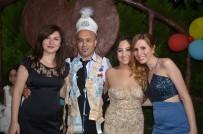 SÜNNET DÜĞÜNÜ - Yeğeninin Sünnet Kıyafetini Giyip Takıları Topladı