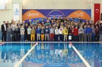 BAĞCıLAR BELEDIYESI - Bağcılar'da Başarılı Yüzücüler Altınla Ödüllendirildi