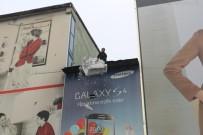 BUZ SARKITLARI - Binanın Çatısında Biriken Kar Yığını Çığ Gibi Düştü