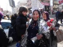 AK Parti 8 Mart Dünya Kadınlar Günü'nde Çiçek Ve Evet Broşürü Dağıttı