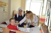 ESRA ŞAHIN - Hastane Yönetimi, Kadın Hastalara Karanfil Verdi