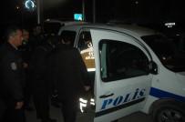 POLİS ARACI - Otomobil Polis Aracına Çarptı Açıklaması 1'İ Kadın 3 Polis Memuru Yaralandı