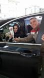 ÇAM SAKıZı - Uşak'ta Yakıt Almaya Gelen Kadınlara Hoş Sürpriz