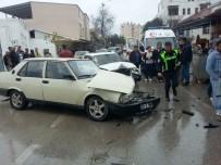 İBRAHIM ÇETIN - Demre'de İki Araç Kafa Kafaya Çarpıştı Açıklaması 2 Yaralı