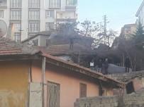 GECEKONDU - Polisten Kaçıp Çatıya Çıkan Şahıs 4 Saatte İkna Edilerek Aşağı İndirildi