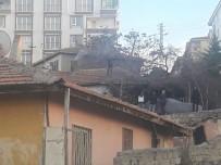 GECEKONDU - Polisten Kaçıp Çatıya Çıktı, 4 Saatte İkna Edildi