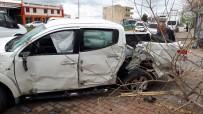 POLİS ARACI - Adıyaman'da Polis Aracı İle Minibüs Çarpıştı Açıklaması 2 Polis Yaralı