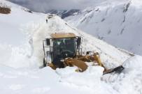 KAR KALINLIĞI - Kar Kalınlığı 10 Metreyi Buldu