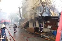 GÖRGÜ TANIĞI - Beyoğlu'nda Bir Gecekondu İle Bir Ahşap Bina Alev Alev Yandı