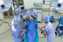GÖZ KAPAĞI - Hasta Duygularını Analiz Etmek İsteyen Doktor, Ameliyat Masasına Yattı