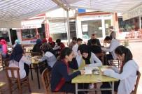 ALI ÖZDEMIR - Lise Öğrencileri Kahvehane Önünde Kitap Okudu