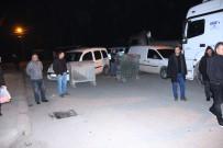 MUHAMMET DEMİR - Tır Kazası Sonrası Mahalleli Yolu Kapattı