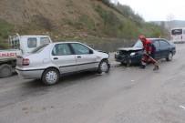 KARAKAYA - İki Otomobil Kafa Kafaya Çarpıştı Açıklaması 3 Yaralı